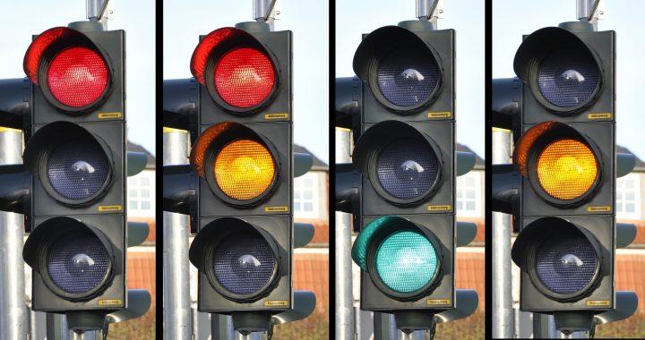 Het stoplicht staat op rood, op groen, in Almelo is altijd wat te doen herman finkers